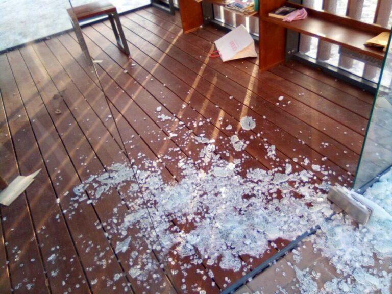 В Александровском саду Волгограда вандалы повредили уличную библиотеку