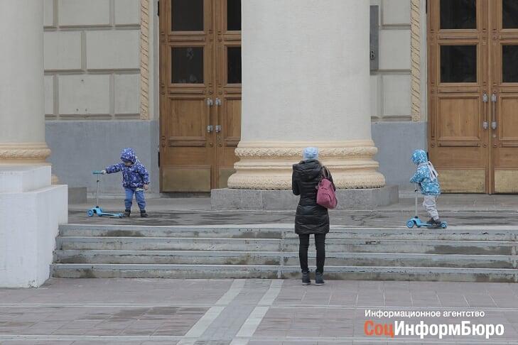 В Волгоградской области на новогодние выплаты детям потратят около миллиарда рублей