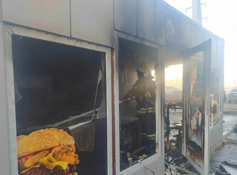 В Ворошиловском районе Волгограда сгорела шашлычная