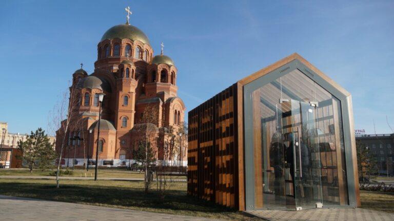В Волгограде у  собора Александра Невского монтируют 12-метровую ель