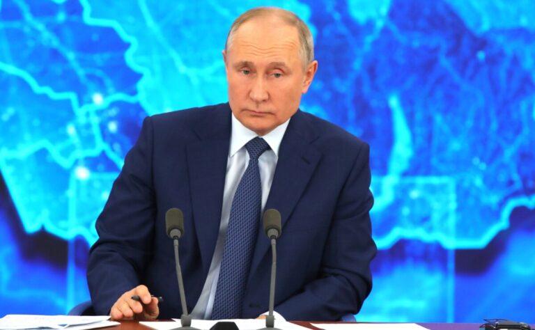 « По сравнению с вами мы белые и пушистые»: Владимир Путин ответил на вопрос иностранного журналиста о покушении на Навального
