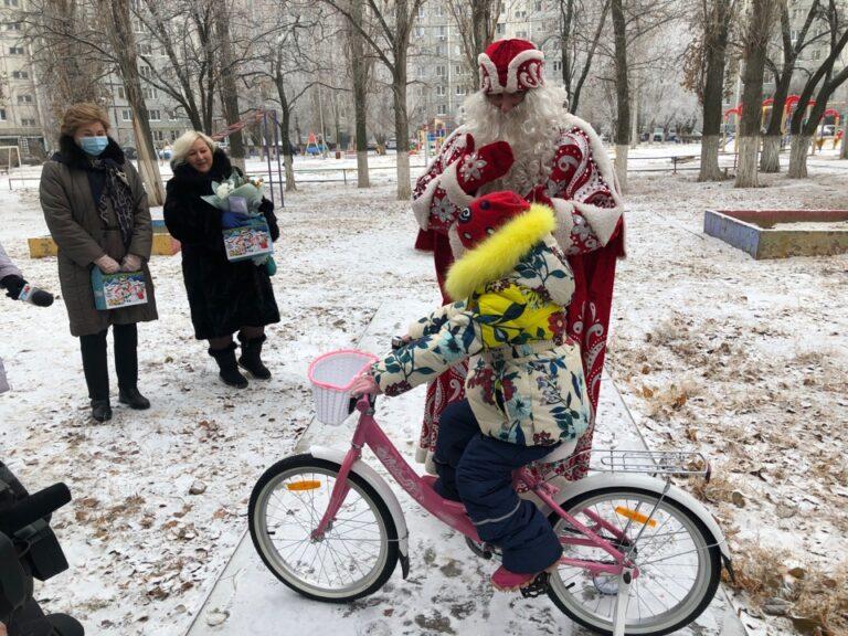 «Елка желаний»: в Волгограде исполнились новогодние мечты нескольких особенных детей