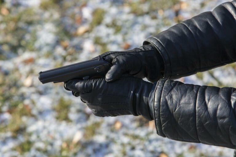 На дороге Волгограда водитель решил доказать свою правоту с помощью пистолета
