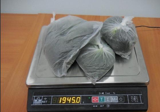 Астраханские таможенники задержали в аэропорту Волгограда 10,5 кг «насвая» из Узбекистана
