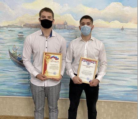 В Волжском наградили студентов, которые помогли задержать вооруженного преступника