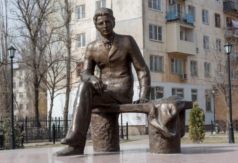 В Астрахани проводят проверку по факту осквернения памятников деятелям культуры