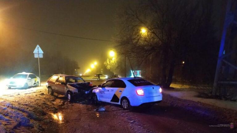 Нетрезвый таксист спровоцировал ДТП в Краснооктябрьском районе Волгограда