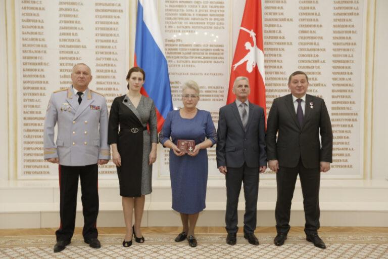 Награжден посмертно: в Волгограде семье убитого полицейского вручили орден Мужества