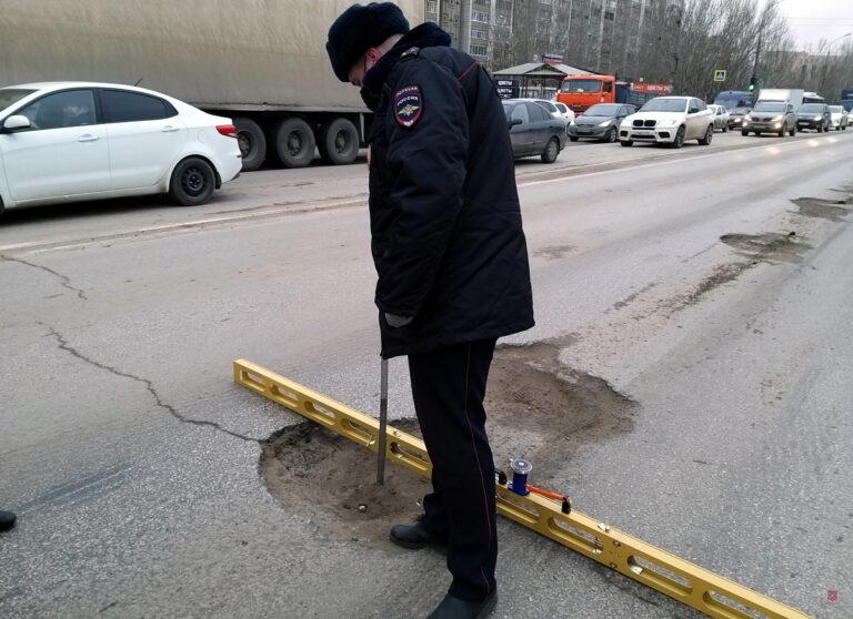 Просадки асфальта и выбоины: дорожный надзор забраковал проезжую часть на мосту в Красноармейском районе
