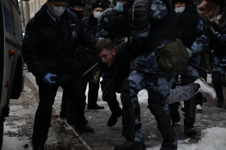 Начались задержания: протест в Волгограде принимает серьезный оборот (ВИДЕО)