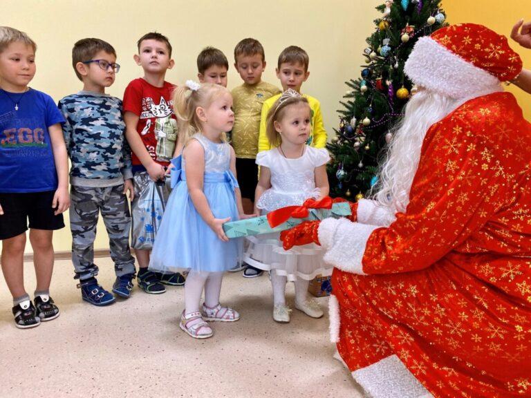 Сотрудники «ЕвроХим-ВолгаКалий» поздравили подшефный детский сад с Новым Годом