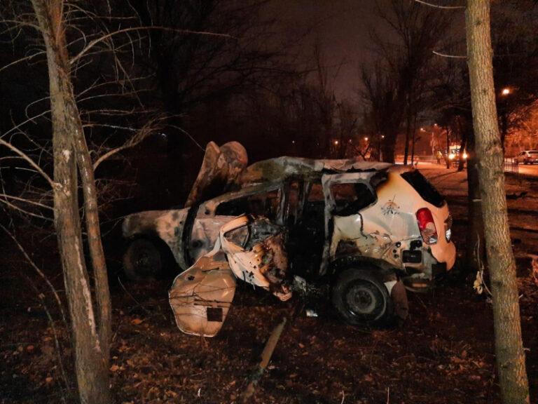 Внедорожник выгорел дотла: в Волжском подросток без прав «влетел» в дерево