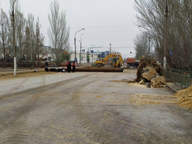 В Волжском восстанавливают дорогу на месте страшной аварии с прорывом кипятка