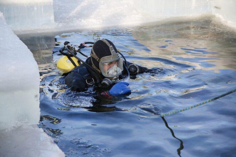 Берега волгоградских водоемов исследуют водолазы