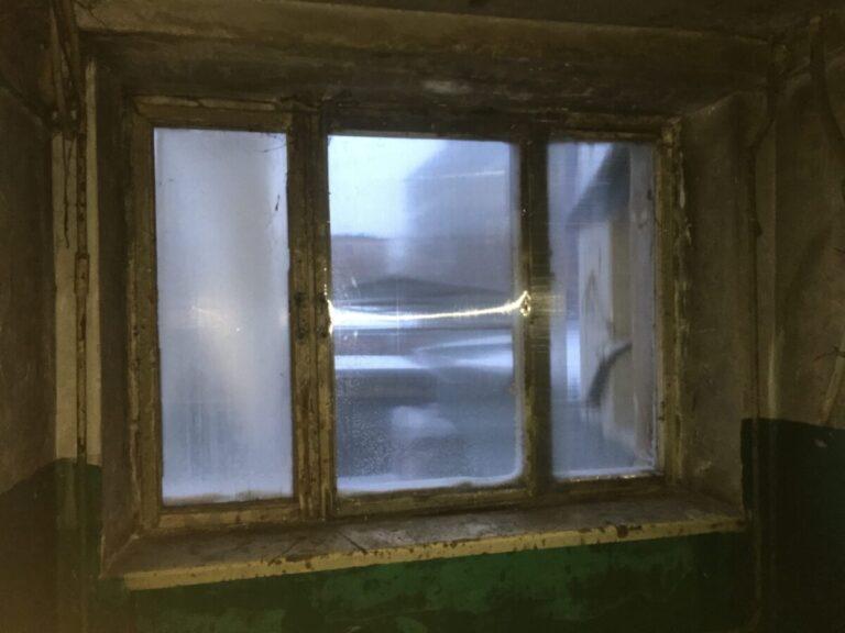 Сомнительное остекление: в Волжском окна пострадавшего от пожара общежития залатали пластиком