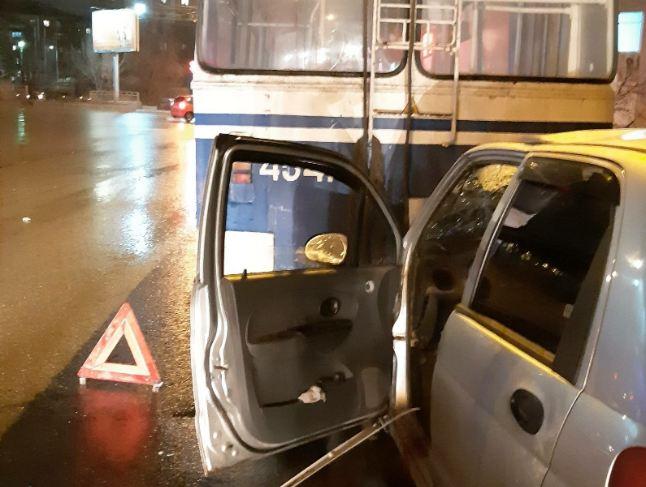 Автомобиль всмятку: в Волгограде легковая врезалась в троллейбус