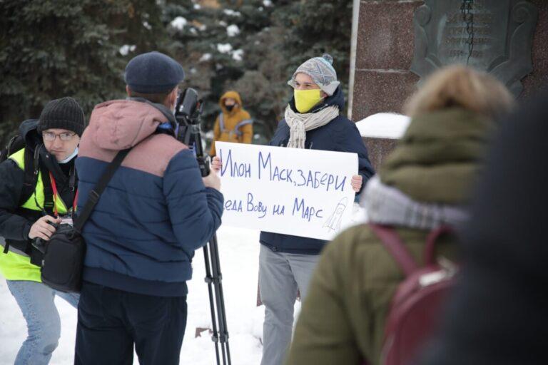 Около 200 человек: в Волгограде протестующие заполняют сквер на Порт-Саида