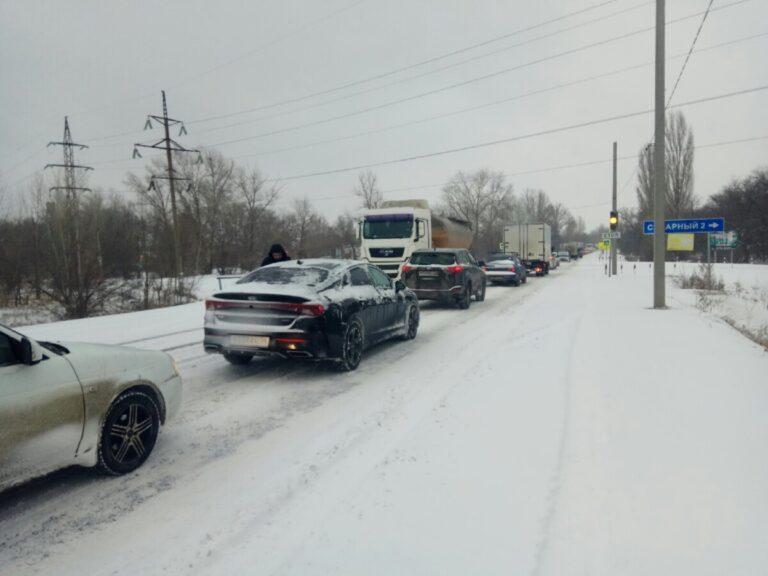 Аварии и заснеженная дорога: снегопад сковал движение в Волго-Ахтубинской пойме