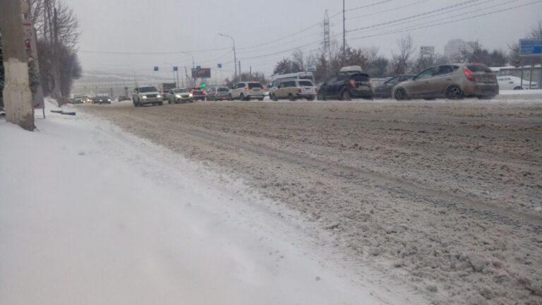 Пробки в 10 баллов: снегопад парализовал движение в Волгограде