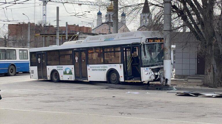 Есть пострадавшие: в Волгограде дорогу не поделили автобус и троллейбус