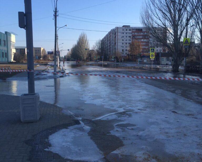 В Волжском многострадальную улицу Оломоуцкую снова залило водой