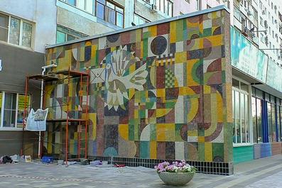 В Волжском завершили обновление мозаичной работы Черноскутова