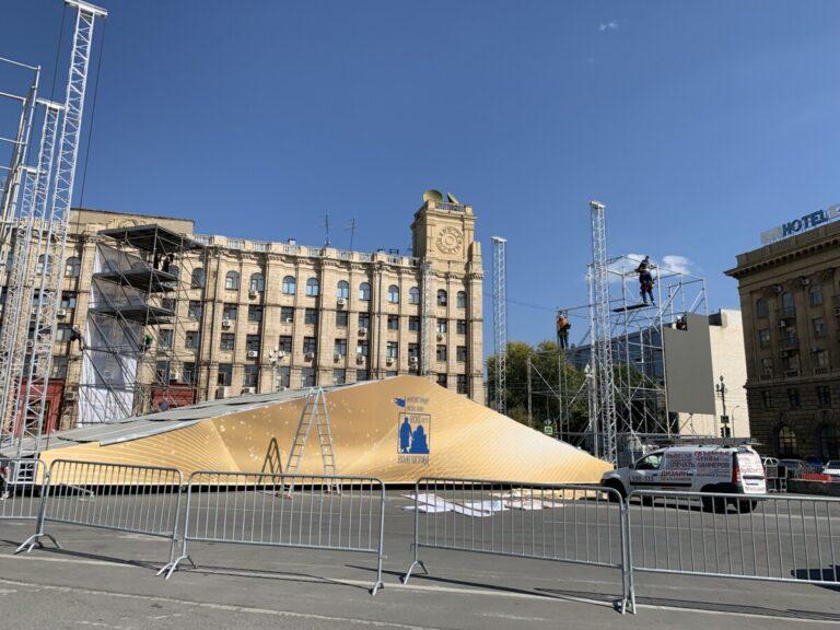 Пустят не всех: в центре Волгограда растут конструкции для трансляции освящения собора