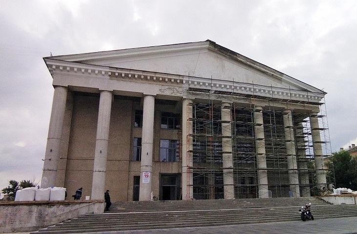 В ДК Тракторозаводского района Волгограда восстанавливают венецианский пол с мраморной крошкой